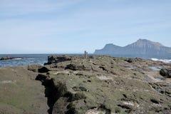Paisagem do faroense com montanha bonita e o Oceano Atlântico norte foto de stock