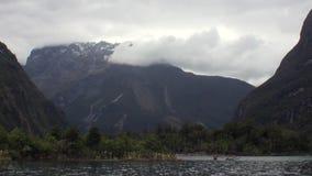 Paisagem do fundo do panorama da montanha da neve da superfície da água em Nova Zelândia vídeos de arquivo