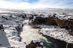 Paisagem do inverno, cachoeira no inverno, marco de Godafoss de Islândia imagens de stock