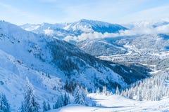 Paisagem do inverno com árvores cobertos de neve e cumes em Seefeld, Áustria foto de stock