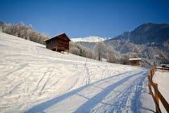 Paisagem do inverno com cabana de madeira, cumes de Pitztal - Tirol Áustria imagens de stock
