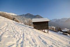 Paisagem do inverno com cabana de madeira, cumes de Pitztal - Tirol Áustria fotografia de stock