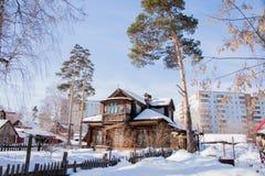 Paisagem do inverno com a casa de madeira Fotografia de Stock Royalty Free