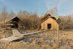 Paisagem do inverno com casas de madeira Dia bonito no campo do russo Fotos de Stock Royalty Free
