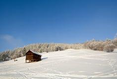 Paisagem do inverno com celeiro de madeira, cumes de Pitztal - Tirol Áustria Imagens de Stock Royalty Free