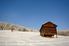 Paisagem do inverno com celeiro de madeira, cumes de Pitztal - Tirol Áustria Imagem de Stock