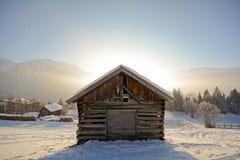 Paisagem do inverno com celeiro de madeira, cumes de Pitztal - Tirol Áustria Imagem de Stock Royalty Free