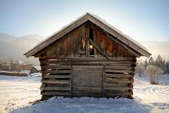 Paisagem do inverno com celeiro de madeira, cumes de Pitztal - Tirol Áustria Fotografia de Stock