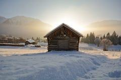 Paisagem do inverno com celeiro de madeira, cumes de Pitztal - Tirol Áustria Foto de Stock