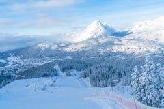 Paisagem do inverno com cumes cobertos de neve e trilha do esqui em Seefeld, Áustria imagem de stock