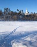 Paisagem do inverno com a igreja do russo no monte Imagens de Stock Royalty Free