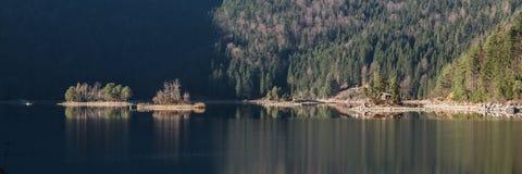 Paisagem do inverno com lago e montanhas, Zugspitze, Aibsee, Alemanha imagens de stock royalty free