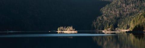 Paisagem do inverno com lago e montanhas, Zugspitze, Aibsee, Alemanha fotos de stock royalty free