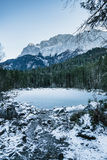 Paisagem do inverno com lago e montanhas, Zugspitze, Aibsee, Alemanha imagens de stock