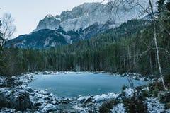 Paisagem do inverno com lago e montanhas, Zugspitze, Aibsee, Alemanha imagem de stock royalty free
