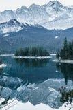 Paisagem do inverno com lago e montanhas, Zugspitze, Aibsee, Alemanha foto de stock