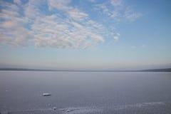 Paisagem do inverno com lago e o céu azul Foto de Stock