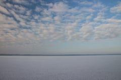 Paisagem do inverno com lago e o céu azul Fotografia de Stock