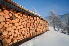 Paisagem do inverno com lenha na frente de um celeiro velho, cumes de Pitztal - Tirol Áustria Imagens de Stock Royalty Free