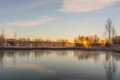 Paisagem do inverno com o céu congelado do lago e do por do sol Imagem de Stock Royalty Free