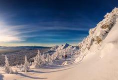 Paisagem do inverno com o esquiador nas montanhas Imagem de Stock Royalty Free