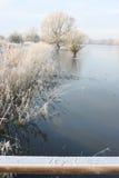 Paisagem do inverno com o gelado escrito na geada no trilho de madeira Fotos de Stock Royalty Free