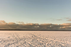 Paisagem do inverno com o lago e o céu surpreendente, capturados do centro do lago Fotografia de Stock