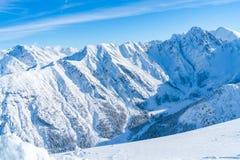 Paisagem do inverno com os cumes cobertos de neve em Seefeld, Áustria foto de stock