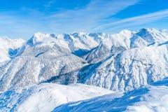 Paisagem do inverno com os cumes cobertos de neve em Seefeld, Áustria imagem de stock