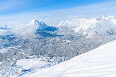 Paisagem do inverno com os cumes cobertos de neve em Seefeld, Áustria imagens de stock