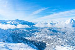 Paisagem do inverno com os cumes cobertos de neve em Seefeld, Áustria imagem de stock royalty free