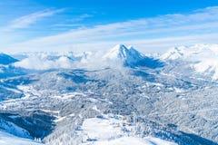 Paisagem do inverno com os cumes cobertos de neve em Seefeld, Áustria fotos de stock
