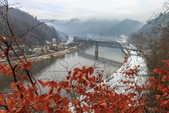 Paisagem do inverno com a ponte sobre o Elbe River Imagens de Stock Royalty Free