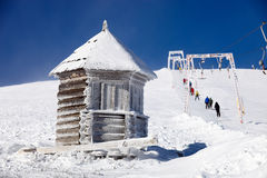 Paisagem do inverno com reboque de corda à montanha Imagem de Stock Royalty Free