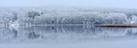 Paisagem do inverno com reflexão na água Lago em Lithuania foto de stock