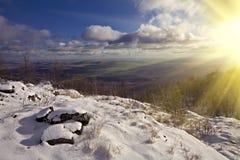 Paisagem do inverno com sol de brilho Fotos de Stock Royalty Free