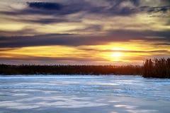 Paisagem do inverno com sol e o rio congelado. Fotos de Stock Royalty Free