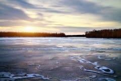 Paisagem do inverno com sol e o rio congelado. Fotografia de Stock