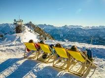 Paisagem do inverno com tomar sol dos jovens Imagens de Stock Royalty Free