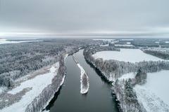 Paisagem do inverno com um rio que corre através da floresta do inverno imagens de stock royalty free