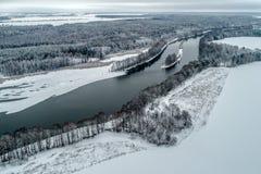 Paisagem do inverno com um rio que corre através da floresta do inverno imagem de stock royalty free