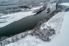 Paisagem do inverno com um rio que corre atrav?s da floresta do inverno imagem de stock