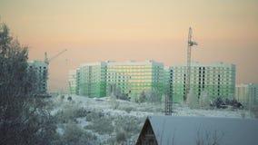 Paisagem do inverno construções congeladas no por do sol vídeos de arquivo