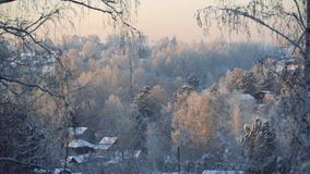 Paisagem do inverno construções congeladas no por do sol video estoque