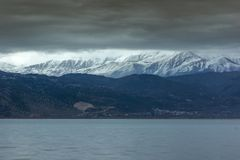 Paisagem do inverno da montanha do lago Pamvotida e do Pindus da cidade de Ioannina, Epirus, Grécia fotos de stock