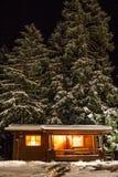 Paisagem do inverno da noite com casa de madeira Fotografia de Stock Royalty Free