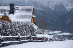 Paisagem do inverno de montanhas de Tatra do Polônia Escala de Gubalowka e casa polonesa tradicional perto de Ski Resort Za polon Imagens de Stock