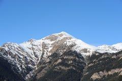 Paisagem do inverno de uma montanha coberta com a neve e coberto de vegetação com os abeto contra o céu azul - principado de Ando foto de stock royalty free