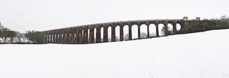 Paisagem do inverno do viaduct inglês do Victorian fotografia de stock royalty free