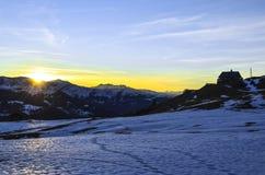 Paisagem do inverno durante o por do sol em Suíça fotos de stock